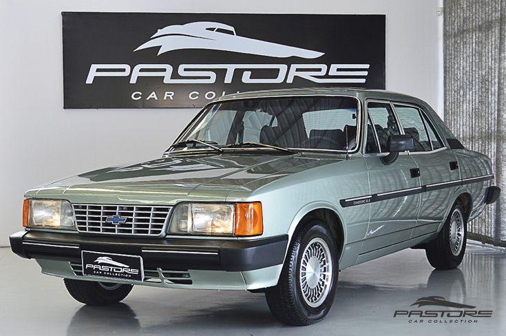 GM Opala Comodoro SL/E 1990 . Pastore Car Collection              Chevrolet Opala Comodoro SL/E 1989/1990. Cor Verde Araripe Metálico! Veículo em ótimo estado, levou um banho de tinta, todo revisado, interior em estado de zero! Possui direção hidráulica, vidros e espelhos elétricos!  Motor 4.1, 6 cilindros em linha, 2 válvulas por cilindro, comando de válvulas simples no bloco, alimentação por carburador de corpo duplo, modelo 250 de 118cv a 4000rpm e 28kgfm de torque a 2000rpm.