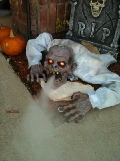 scary halloween decorations 17 terrifying yard dcor ideas that will make you shat your drawers - Terrifying Halloween Decorations