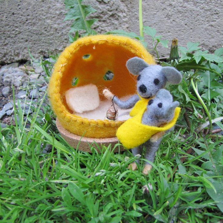 Myška+se+sýrovým+domečkem+je+zpět+!+Plstěná+myška+se+sýrovým+domečkem+Myška+s+miminkem+,plstěná+jehlou+,z+ovčího+rouna,doplněná+filcovým+šátečkem+a+zavinovačkou+Domeček+,plstěný+za+mokra,má+uvnitř+peřinku+a+polštářek.Myška+má+i+lampičku,svítící+ve+tmě+.Přilepeno+na+korkové+podložce,stabilní