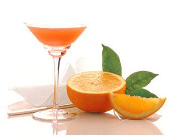 aperitivo analcolico   Tempo di esecuzione: 10 minuti    Ingredienti (per 1 persona):  1/3 succo d'arancia  1/3 spremuta di limone  1/3 succo d'ananas  1/2 fetta d'arancia      Preparazione:  Mettete qualche cubetto di ghiaccio nello shaker, aggiungetevi i succhi, agitate e versate in bicchieri senza piede, guarnendo con la 1/2 fetta di arancia.