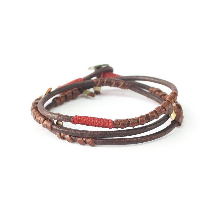 Läderarmband i jordens tecken, med röda detaljer. Ett smycke från Wakami, ansvarsfullt tillverkat för hand i Guatemala. Passar även män.