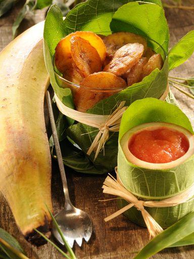 Dip de bananes plantains Coupez la banane en très fines tranches (en enlevant la peau) et faites les dorer dans une poêle avec un filet d'huile d'olive en les salant.  Mixez fin la tomate et l'ail.  Quand les tranches de banane sont cuites servez-les séparées de la préparation de tomate et d'ail.  Pour la manger il suffit de tremper les tranches dans la préparation.  Ce plat vient d'Amérique du Sud.