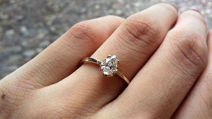 Anillo de compromiso solitario con un diamante en el centro corte pera de 0.35 ctw claridad VVS1 en oro amarillo de 14 kilates, el diamante está montado en una base de 4 uñas y tiene 5.5 x 3.5 mm.  $ 33,800/ ahora $24,336  Disponible en todas las tallas *Garantía de por vida *Certificado de autenticidad *Diamante incluido *Incluye caja y empaque de nuestra marca Envíos 100% asegurados