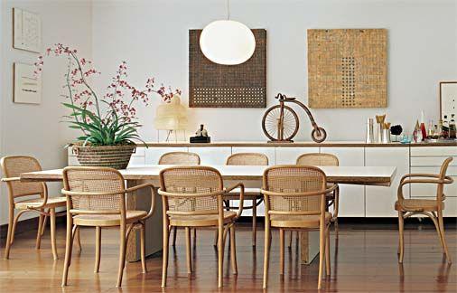 cadeiras A-811, de Michael Thonet - de faia moldada com assento de palhinha -, e o traço modernista da mesa Paulista (2,80 x 1,20 m), criação de Paulo Alves para a Dpot.