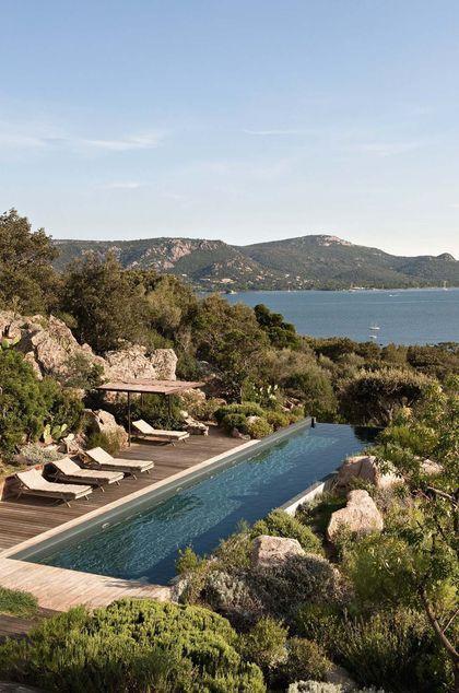 Vision magique entre piscine, mer et montagne