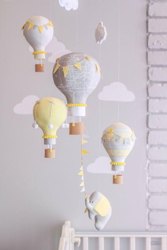 Baby mobile von Heißluftballone für Ihr Kinderzimmer Dekor gemacht. Perfekt für eine Reise-Thema-Gärtnerei!  Jede kleine Ballon ist handgefertigt aus Stoff genäht, gestopft und in meinem Studio verschönert. Die winzige Tasten, Pompons, hand gebundene Bögen und Ammer Fahnen schmücken die Ballons. Der kleine Elefant kann eine kleine Krone oder Partei Hut haben. Die Ballons haben wenig 3D gedruckte Körbe für natürliche schauende Heißluftballons. Sie können eine der Wolken mit Babys Namen oder…