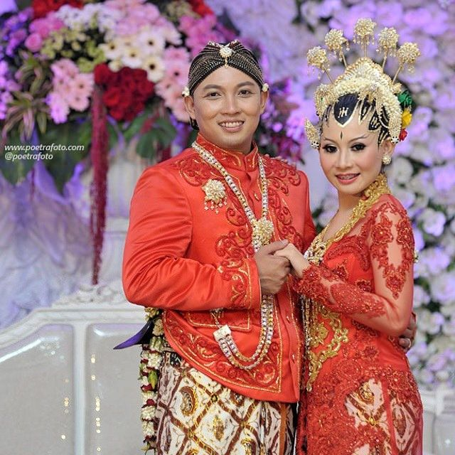 #beautiful #wedding #dress #paesageng #red #bride #groom #brideandgroom #foto #pernikahan Mada+Dina di #jogja #yogyakarta http://poetrafoto.com
