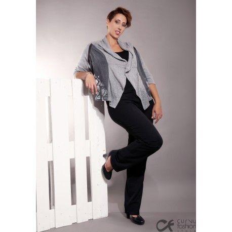Pantalone elegante con doppio bottone in vita e cerniera centrale. Taglio morbido, largo sulla gamba. Disponibile nelle varianti: blu scuro e nero.