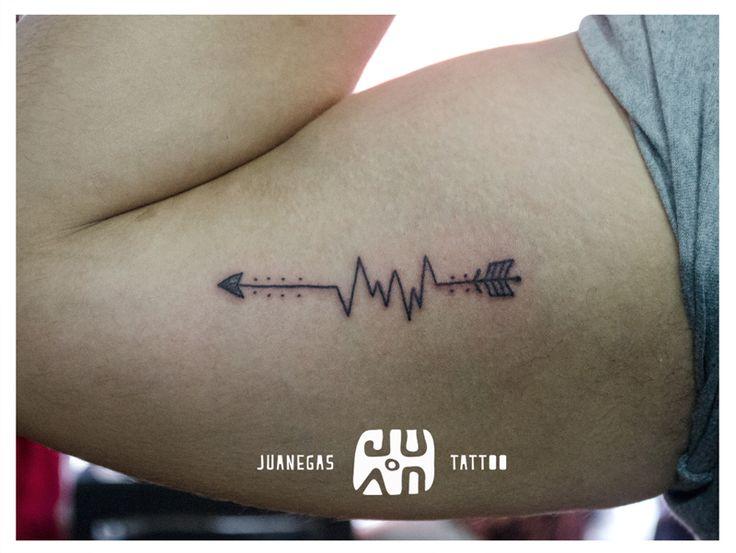 tattoo flecha y electrocardiograma, caminos que motivan el corazón