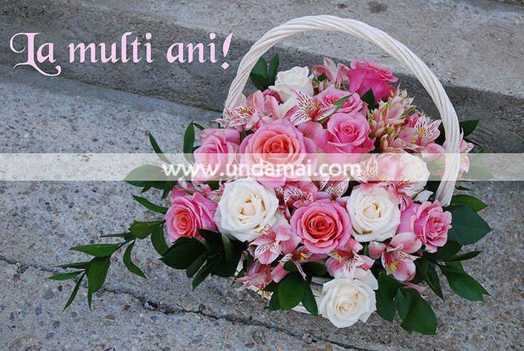 Combinatie de trandafiri alb si roze in cos de rachita