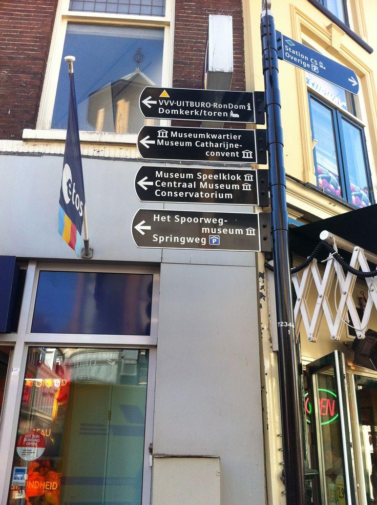 Op de kruispunten van het  centrum zie je aanwijzers. Voor toeristen zijn deze aanwijzers heel duidelijk.