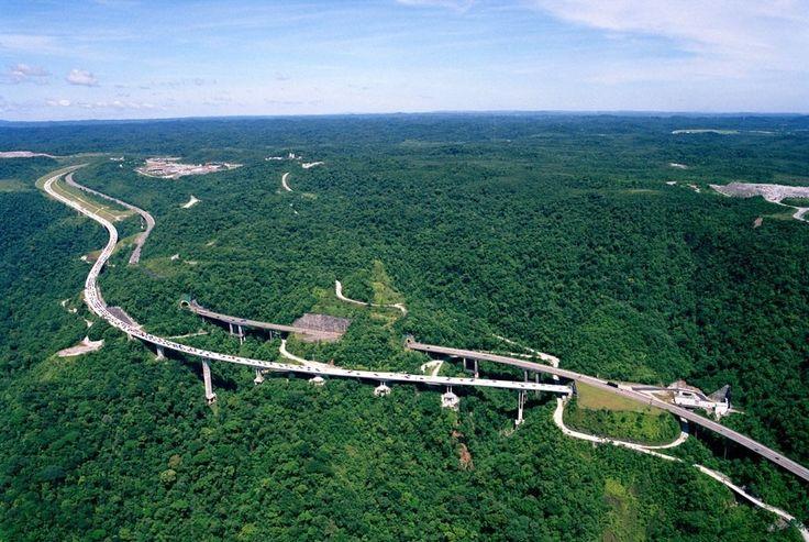 A integração da engenharia à natureza.  Brilhante!  Essa é a Rodovia dos Imigrantes que liga a Capital paulista ao litoral. Ela possui 44 viadutos 7 pontes e 14 túneis!