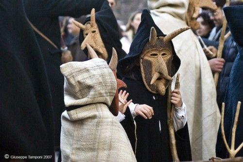 Carnevale di Orani:Su Bundu.  Su Bundu indossa abiti da contadino, un cappotto largo, pantaloni di velluto, gambali di cuoio, e una grossa maschera di sughero con corna, un naso prominente, il pizzo e dei baffi.