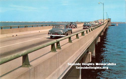 This is a 1950's color postcard of cars heading across the Thomas Mathis Bridge from Toms River into Seaside Heights. LIKE–>http://www.facebook.com/seasideheightsorg WEB–>http://seasideheights.org/ Email this card to a friend!
