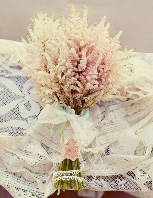 Alguns modelos vintages escolhem galhos e flores geralmente usadas para a finalização de buquê na composição dele todo. Fica super diferente e lindo, como o exemplo abaixo. Detalhe na finalização com tecido e renda, dando um ar de coisa de vó! | Memorable Wedding