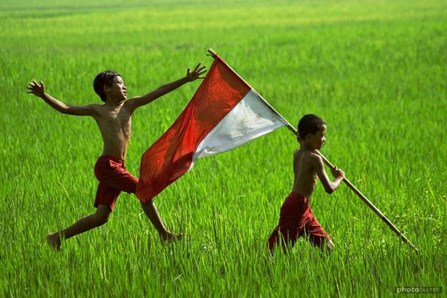 Indonesian kids with their nation's flag