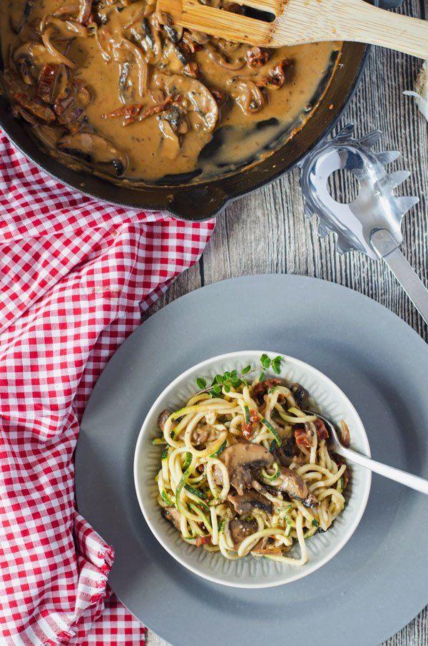 Cremige Champignonsauce mit getrockneten Tomaten und Zoodles. Lecker, aromatisch, kalorienarm und in nur 20 Minuten auf dem Tisch.