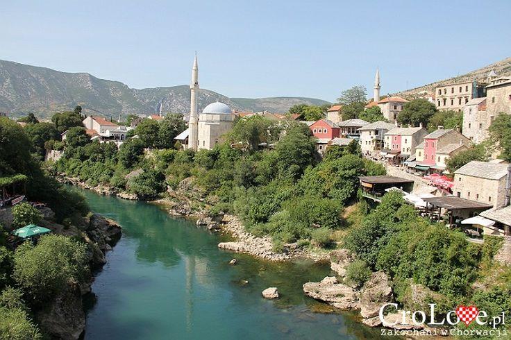 Widok na rzekę Neretwę i Meczet Karadjozbega | Mostar - Bośnia i Hercegowina || http://crolove.pl/mostar-wielokulturowe-miasto-bosni-hercegowinie/ || #Mostar #BosniaiHercegowina #bih