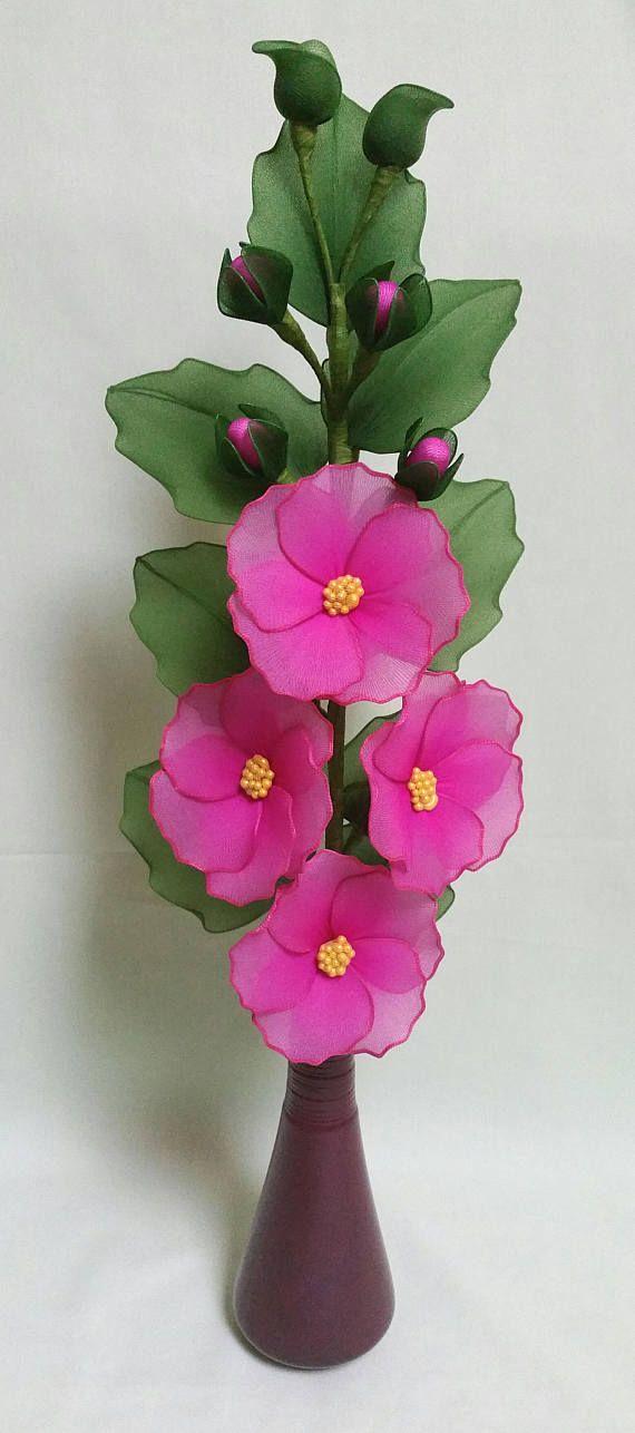 tige de rose trémière unique, avec des fleurs, des bourgeons et des feuilles tout à la main à l'aide de fil de nylon et de l'artisanat teint. plusieurs couches de nylon a été utilisé pour donner plus de profondeur de couleurs et de faire la tige à l'air très réaliste.  l'arrangement est environ 57-58 cm de hauteur, la tige est située dans le vase en céramique, comme sur la photo.  s'il vous plaît noter que chacun de mes produits est unique, et la plupart du temps, quil est fabriqué sur…