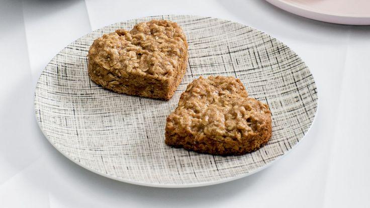 Biscuits rapides à l'avoine et aux bananes en forme de coeur  Zeste #zeste #recetteszeste #food #cooking #zestetv #chefszeste #magazine #chefs #cookies #avoine #oat #banana #heart #dessert #easy #quick