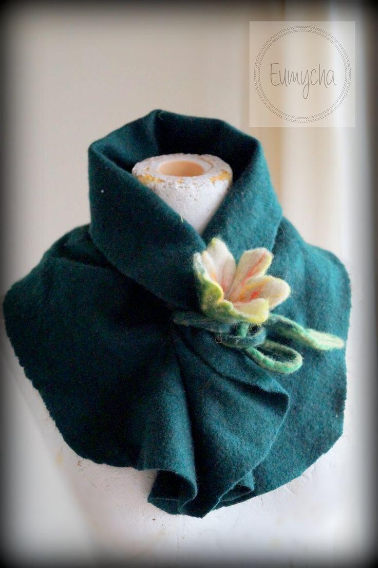 Komin uszyty z delikatnej mięciutkiej i milutkiej wełnianej dzianiny, marszczony przez środek, wiązany na filcowy kwiatek.