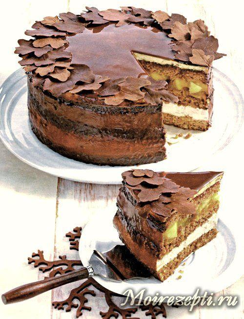 Торт с миндалем, грецкими орехами и айвой