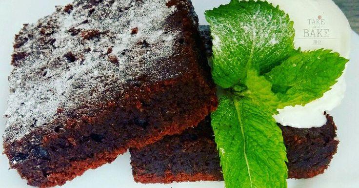 Брауни другими словами шоколадный пирог, горьковато-сладкий, ароматный, слегка влажный, но при этом воздушный и с хрустящей корочкой.