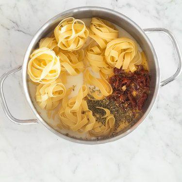 Cremige Tagliatelle mit getrockneten Tomaten und Parmesan
