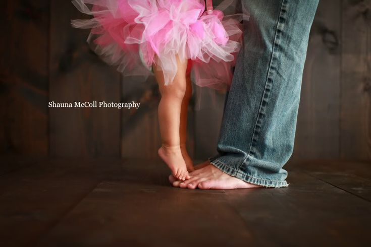 Skip out on the tutu, but this is a really sweet ideA: First Birthday Daughter and Daddy Pic (and years 2, 3, 4, 5...)