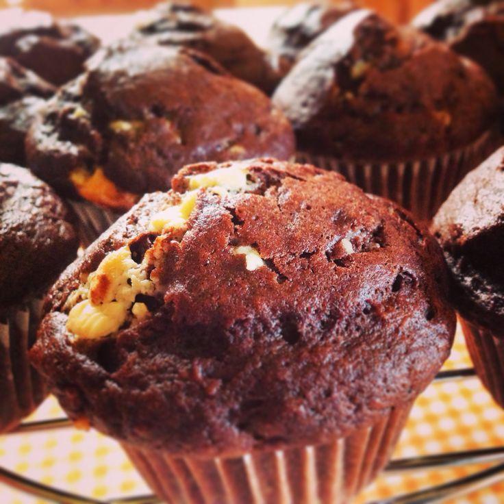Muffin banana, cacao e gocce di cioccolato bianco