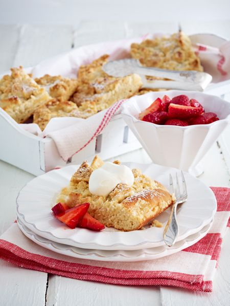 Streusel-Buttermilchkuchen vom Blech (Usedom) Zutaten (24 Stücke) 900 g Mehl, 300 g + 2 TL Zucker, Salz, 500 ml Buttermilch, 1 Würfel Hefe, 2 Msp. gemahlenes Zimtpulver, 4 Tropfen Bittermandel-Aroma, 1 Ei, 335 g weiche Butter, 500 g Erdbeeren, Fett und Mehl für die Fettpfanne