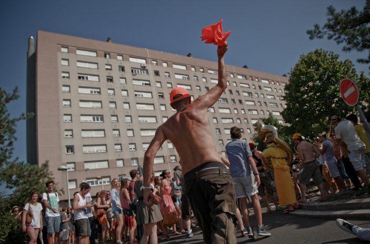Et puis, les banlieusards sont des gens malheureux qui ne savent pas faire la fête. | 29 raisons de ne jamais habiter en banlieue