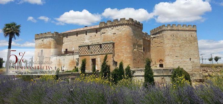 El Castillo del Buen Amor es un precioso hotel con encanto rodeado de jardines y viñedos ubicado en Salamanca, a dos horas de Madrid. Habitaciones románticas, abovedadas, terrazas y torreones se convierten en el escenario ideal para una escapada en pareja donde la intimidad y el romanticismo están asegurados