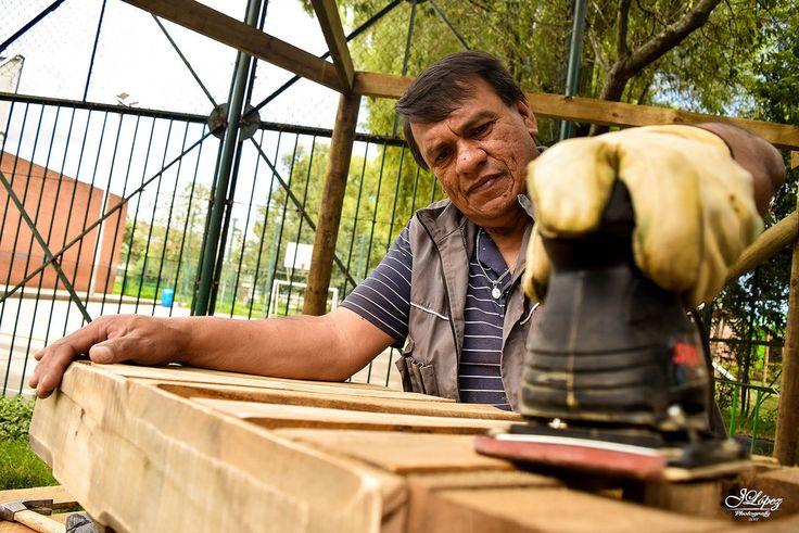 Don Omar es un apreciado carpintero y constructor, quien por estos días se ha sumado al Proyecto Atrapasueños para crear una maloca en la cual los estudiantes de un Colegio Público puedan leer y tomar un descanso respirando aire fresco.  #ProyectoAtrapasueños #iLoveBogota;
