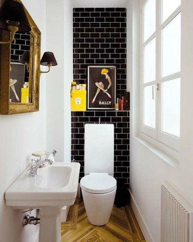 Espelho e luminárias antigas completam este lavabo, que possui parede de tijolos…