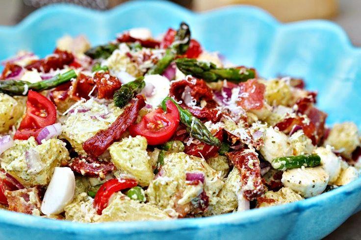 """Två små kök: """"Italienish"""" potatissallad med bacon, pesto, mozzarella, soltorkade tomater, sparris och ännu mer..."""
