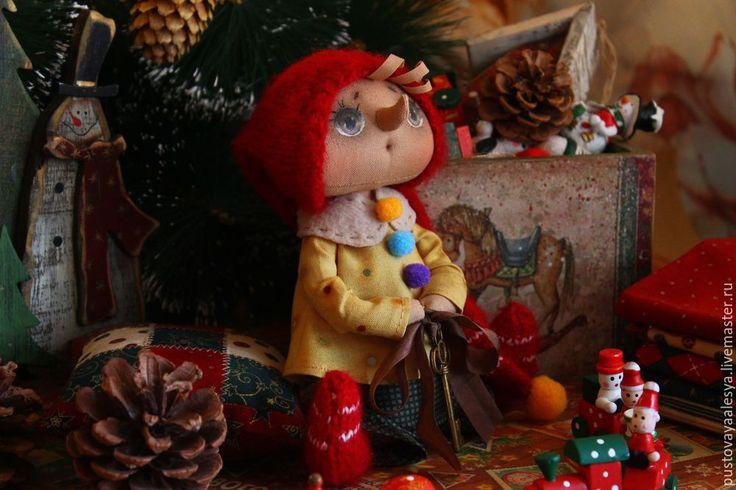 Предлагаю вам сшить маленького Буратино.Для изготовления куколки нам понадобится: 1. Ткань для тела куклы. 2. Наполнитель (синтепух). 3. Акриловые краски для ткани, пастельные мелки. 4. Ткань двух цветов для одежды. 5. Пряжа и спицы, горох или любой гранулят. По вдохновению я сделала небольшой эскиз. А затем и выкройку. Переносим детали тела на ткань сложенную вдвое, даем припуски и прошиваем на швейной машинке по контуру.
