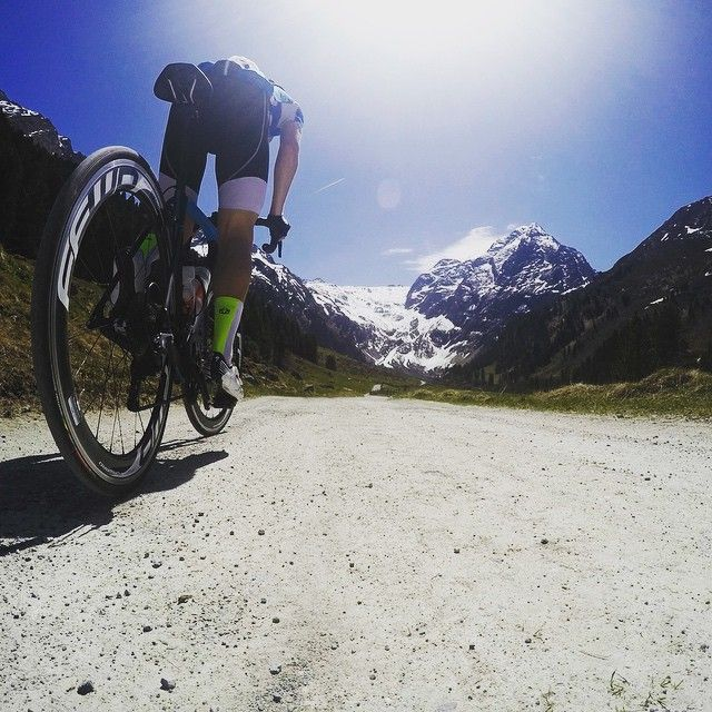 It's D-day for Eric Mijnster of @gespletenasfalt! Today he starts his monster tour Route des Grandes Alpes! 14 cols on a total of 650km NON STOP! Go Eric! #ffwdwheels #cycling