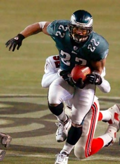 Duce Staley scores against Falcons  Philadelphia Eagles running back Duce Staley drags Atlanta Falcons middle linebacker Keith Brooking for a first down in the fourth quarter. The Eagles won 20-3.