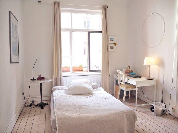 Charmantes WG-Zimmer in Hannover mit großem Fenster und hellen Dielen.  WG-Zimmer in Hannover.  #Hannover #flatshare #room