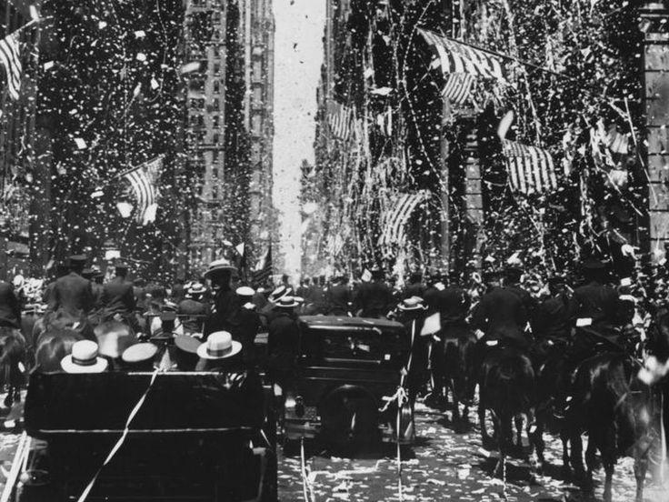Cuando Lindbergh volvió a EE.UU. tras su vuelo transatlántico, hubo que limpiar 1.800 toneladas de papel picado tras su desfile triunfal en Nueva York, doce veces más que las 155 arrojadas al fin de la 1° Guerra Mundial. Y no todo el papel era picado: en el frenesí, se lanzaron guías telefónicas completas, agendas y directorios.