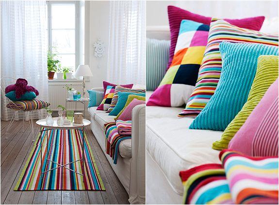 Preciosos cojines y alfombra de colores alegres
