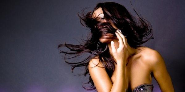 Jak dbać o ciemne włosy?