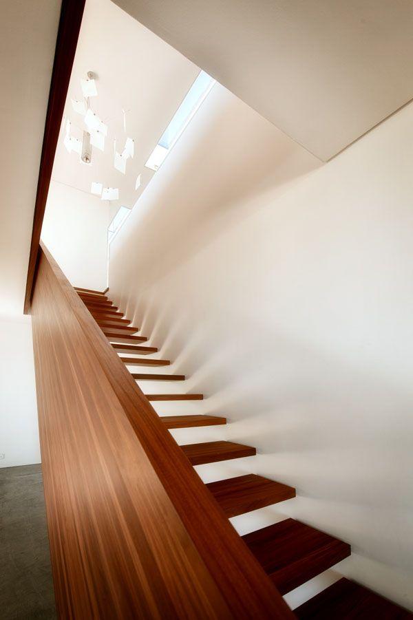 URLAUBSARCHITEKTUR__Big_Bay_Beach_House // on aime beaucoup le contraste des escaliers ajourés et du garde-corps en bois plein.