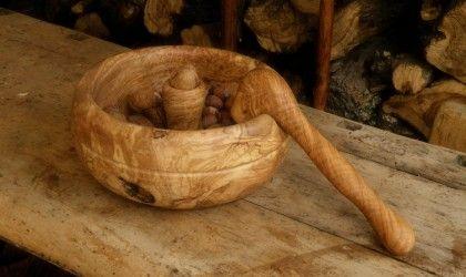 Una innovativa ed originale ciotola provvista di schiaccianoci, con finitura in legno naturale. Tutti i prodotti per uso alimentare sono in legno naturale, privi di vernici o composti chimici.