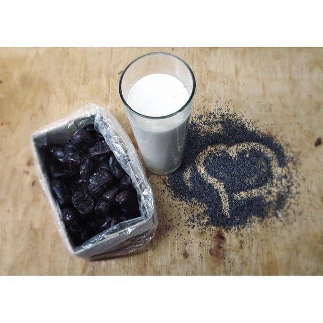 Маковое молоко!! Это молоко чемпион по содержанию кальция!  ☁️мак; ☁️финики/сироп агавы/мед; ☁️питьевая вода. Понадобится кофемолка и блендер (НЕ погружной). Замочить на ночь мак. Процедить через ткань (отделить мак от воды) и перетереть на кофемолке. Перетертую массу кинуть в блендер, добавить 100мл питьевой воды и перетирать минуту. Добавить еще 200мл, положить 2-3 крупных финика (без косточек) и включить блендер еще на полминуты. Процедить и пить :) #рецептышульги