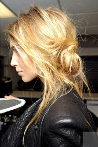 bed head into side bunMessy Hair, Long Hair, Beautiful, Girls Hairstyles, Messy Buns, Hair Style, Messyhair, Hair Looks, Side Buns