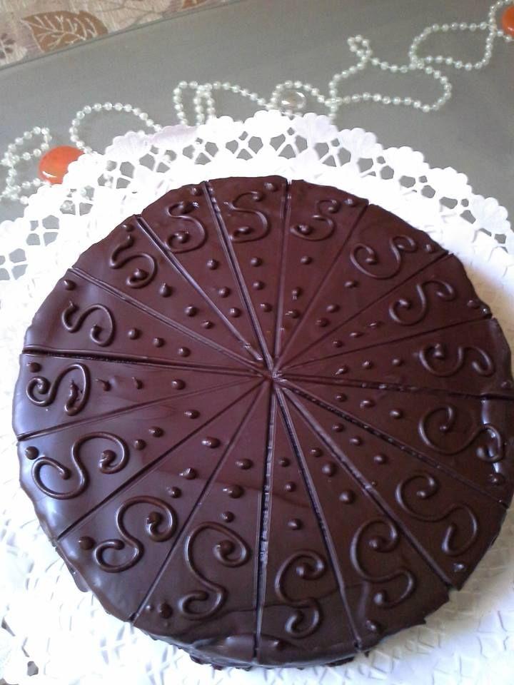 Ki ne ismerné ezt a híres, bécsicsokoládés süteményt, amit roppanós csokoládé borít be és egy kis tejszínhabbal koronázva tálalunk?Az első Sacher-tortát a 16 évesbécsiFranz Sacher nevűcukrászfiúkészítette