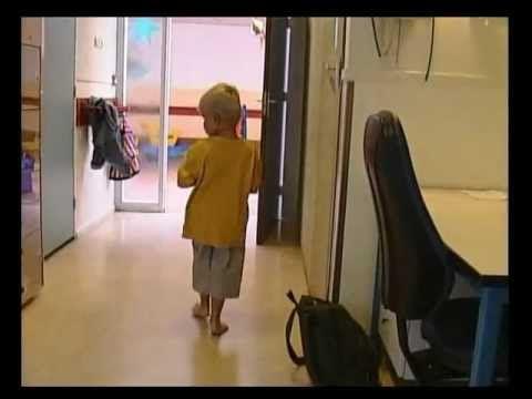 Film - 'Met andere woorden'  Kinderen met autisme en een verstandelijke handicap hebben ernstige communicatieproblemen. Zij kunnen datgene wat ze voelen, proeven, ruiken, zien & horen niet tot een betekenisvol geheel samenvoegen. Daardoor begrijpen ze onvoldoende wat de omgeving van hen vraagt. Ondersteunende communicatie is een onmisbaar hulpmiddel voor de deze kinderen.