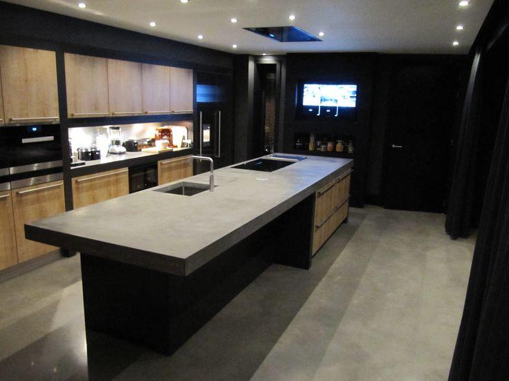 Topdesign; Project Terborg: betonnen kook- & spoeleiland van 465x140 cm, met vrijhangend bargedeelte, geïntegreerde kook- en grillplaat.
